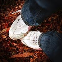 ходить по листьям